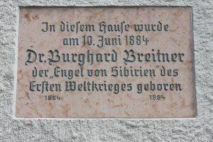 Ehrentafel für Breitner an seinem Geburtshaus in Mattsee/Sbg. (Von Anton-kurt - Eigenes Werk, CC BY-SA 3.0 https://commons.wikimedia.org/w/index.php?curid=23526624)