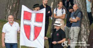Charous (links vom Banner) und Wischniowski (rechts vom Banner) beim Kahlenberg-Aufmarsch 2020 (© PresserService Wien)