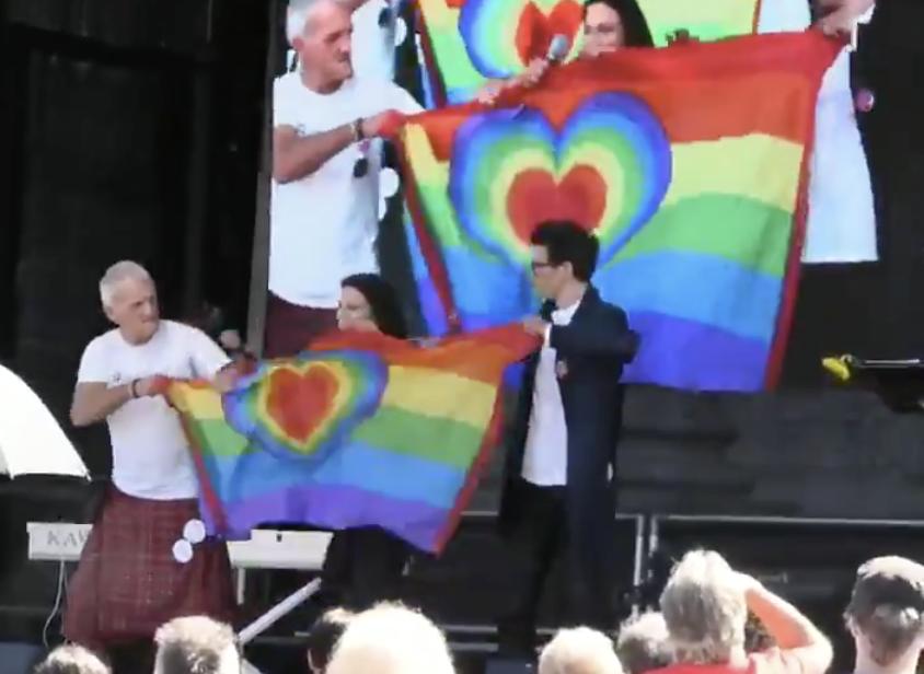 Mittas, Klausnitzer und Mann mit Kilt beim Zerreissen der Regenbogenfahne