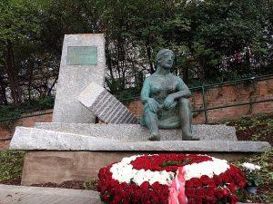 FPÖ-Denkmal Trümmerfrauen Mölker Bastei (© https://commons.wikimedia.org/wiki/File:Wien_Denkmal_Trümmerfrauen.jpg)