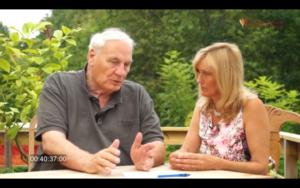"""Screenshot Video Erkenntnisunterdrueckung: Hamer wird von einer """"Julia"""" interviewt"""