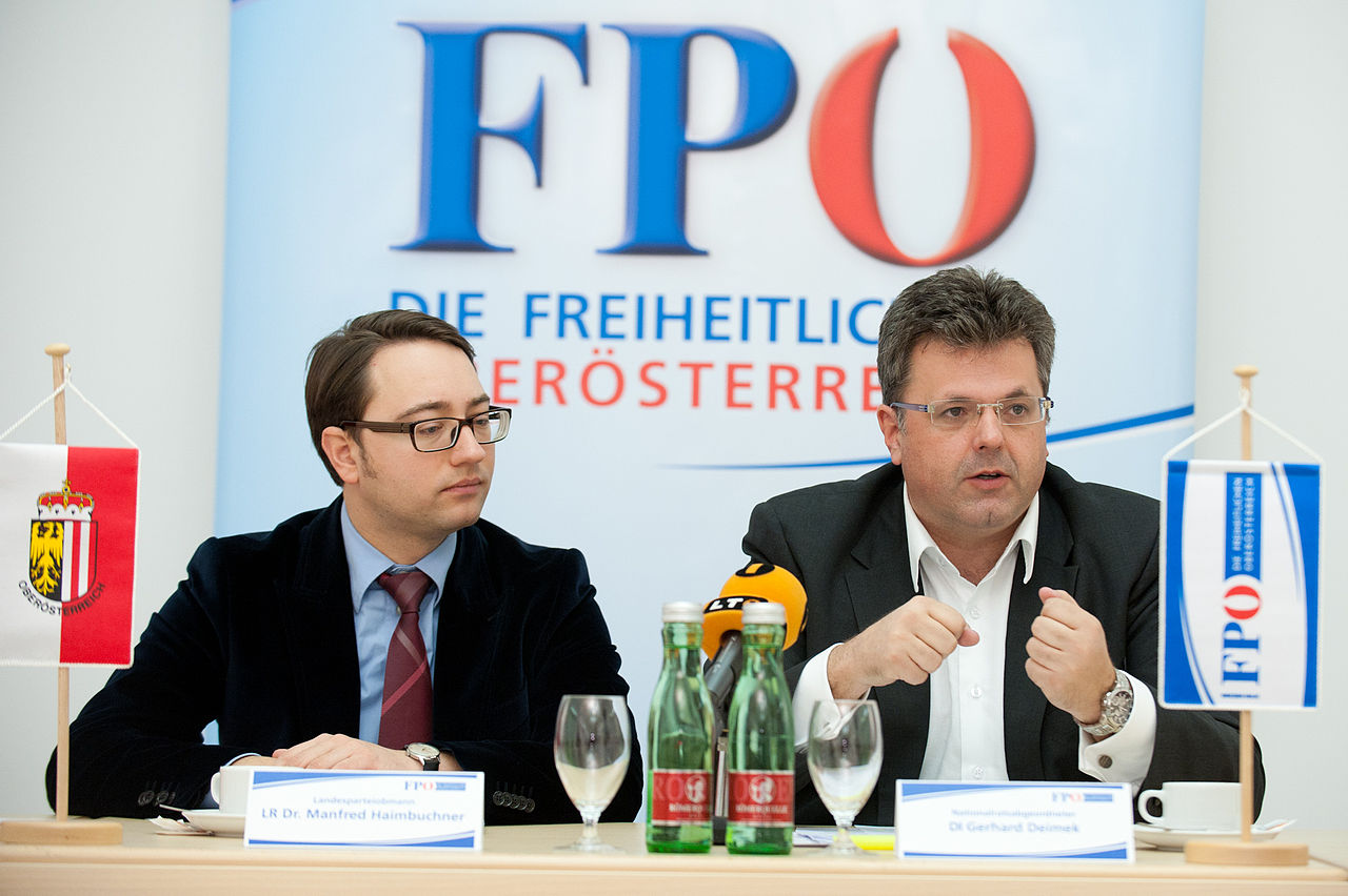 links im Bild: Manfred Haimbuchner, LH-Stv. und zuständig für ua. Baurecht, Wohnbauförderung und Sozialhilfeträger - Bildquelle: Wikimedia/Cicero39, frei unter CC 3.0