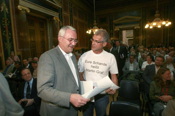 """Martin Graf und Harald Walser mit Protest-T-Shirt: """"Eure Schande heißt Martin Graf"""" (Foto mit freundlicher Genehmigung von Matthias Cremer)"""