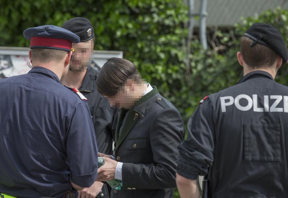 Bildergebnis für braunau hitler junge mit polizei