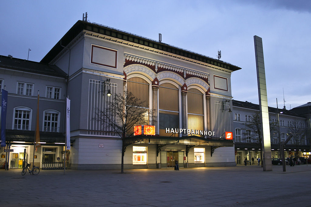 Der Salzburger Hauptbahnhof - Bildquelle: Wikimedia, frei unter CC 3.0