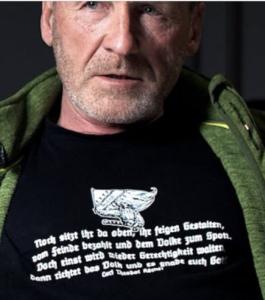 """Johann Gaiswinkler mit T-Shirt und Neonazi-Gedicht – feige Gestalten (Screenshot YouTube """"Auf ein Wort"""")"""