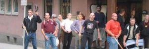Gewaltbereite Neonazis in Kassel 2002: Neonazis mit dem Tatverdächtigen Stephan E. mit Stuhl in der Hand (1.v.r.) – Bildrechte: NSU Watch