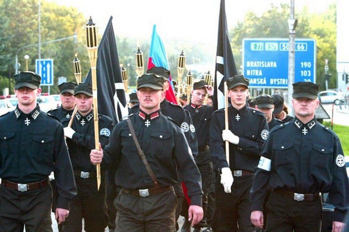 """Kotleba (Mitte) während eines Aufmarschs der """"Slowakischen Gemeinschaft"""" - Bildquelle: Wikimedia/Matúš Tremko, frei unter CC 4.0"""