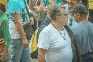 Gottfried Küssel mit Thorshammer-Kette auf der Demo am 11.9.21 in Wien (Foto: Thomas Witzgall)