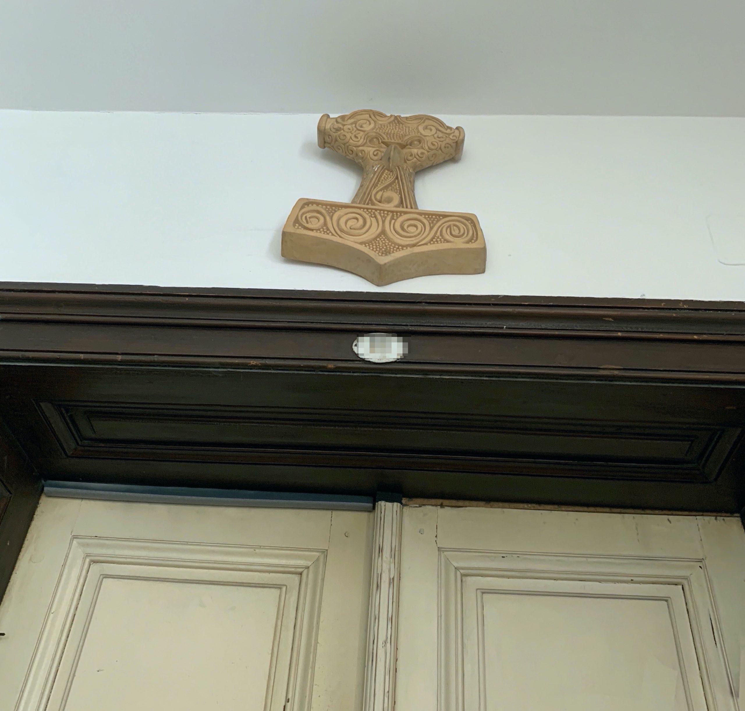 Thorshammer über dem Eingang einer Küssel-Wohnung