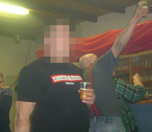 Rene Ostmark -hier mit Blood and Honour-Tshirt - und KameradInnen in Aktion