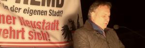Kundgebung Wiener Neusstadt 25.2.16 Walter Rosenkranz an Rednerpult (Screenshot Video Youtube Esterreicherr)