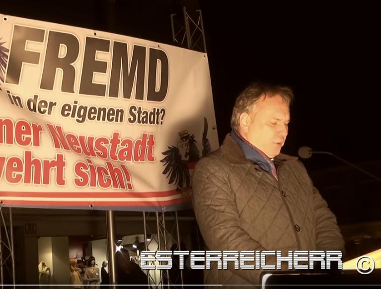 Kundgebung Wiener Neusstadt 25.2.16 Walter Rosenkranz am Rednerpult (Screenshot Video Youtube Esterreicherr)