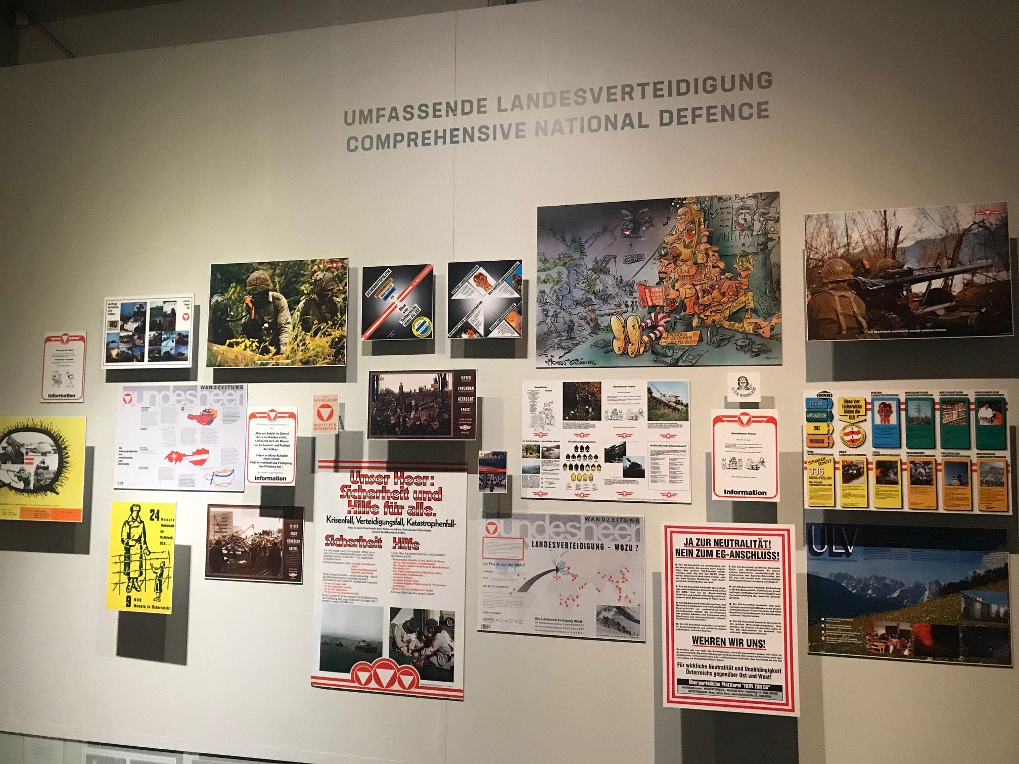 """Aula-Plakat als größtes Objekt an der Wand zur """"umfassenden Landesverteidigung"""": Es gibt dazu keine Beschriftungen!"""