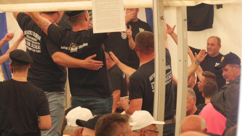 In den Zelten wurden auch während der Ustaša-Feier 2017 faschistische Lieder gesungen und dutzendfach Hitlergrüße gezeigt.