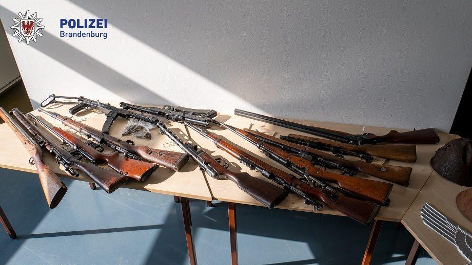 Waffen und NS-Devotionalien (Foto: Polizei Brandenburg)