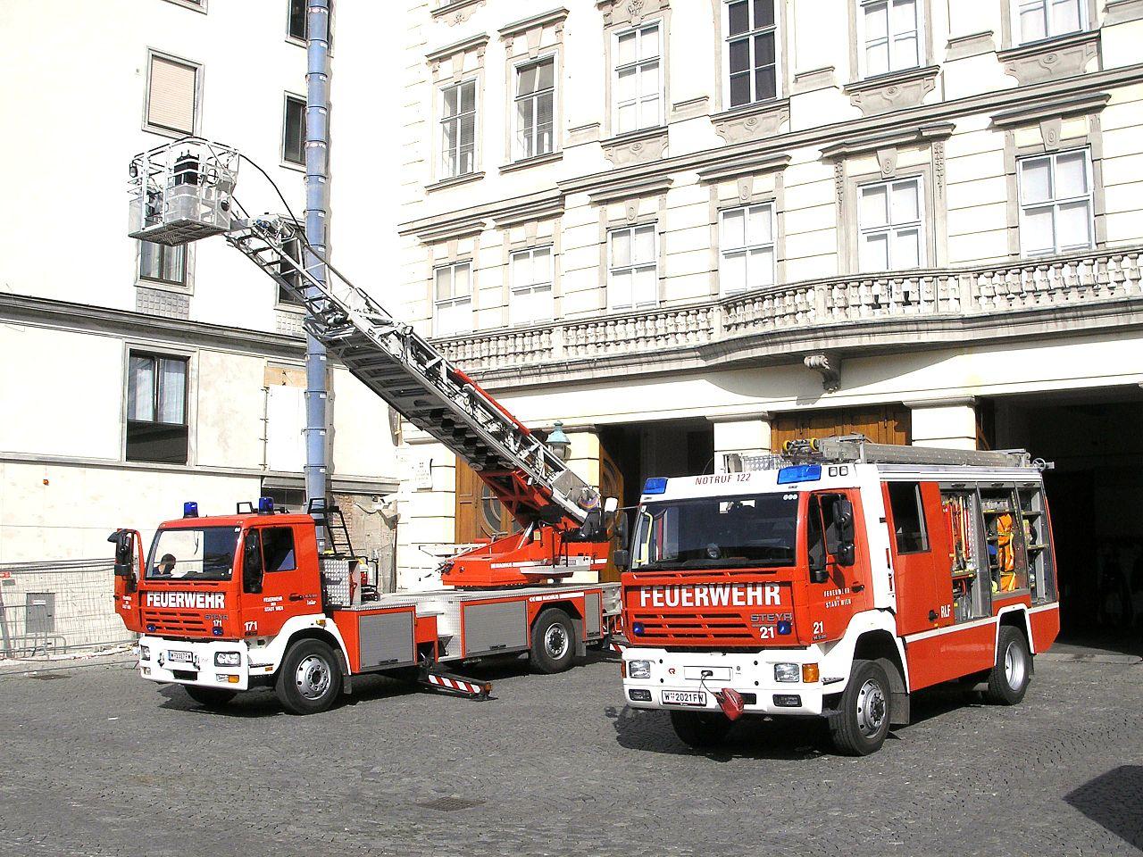 Fahrzeuge der Wiener Feuerwehr Am Hof in der Wiener Innenstadt - Bildquelle: Wikimedia/Gryffindor, frei unter CC. 2.5
