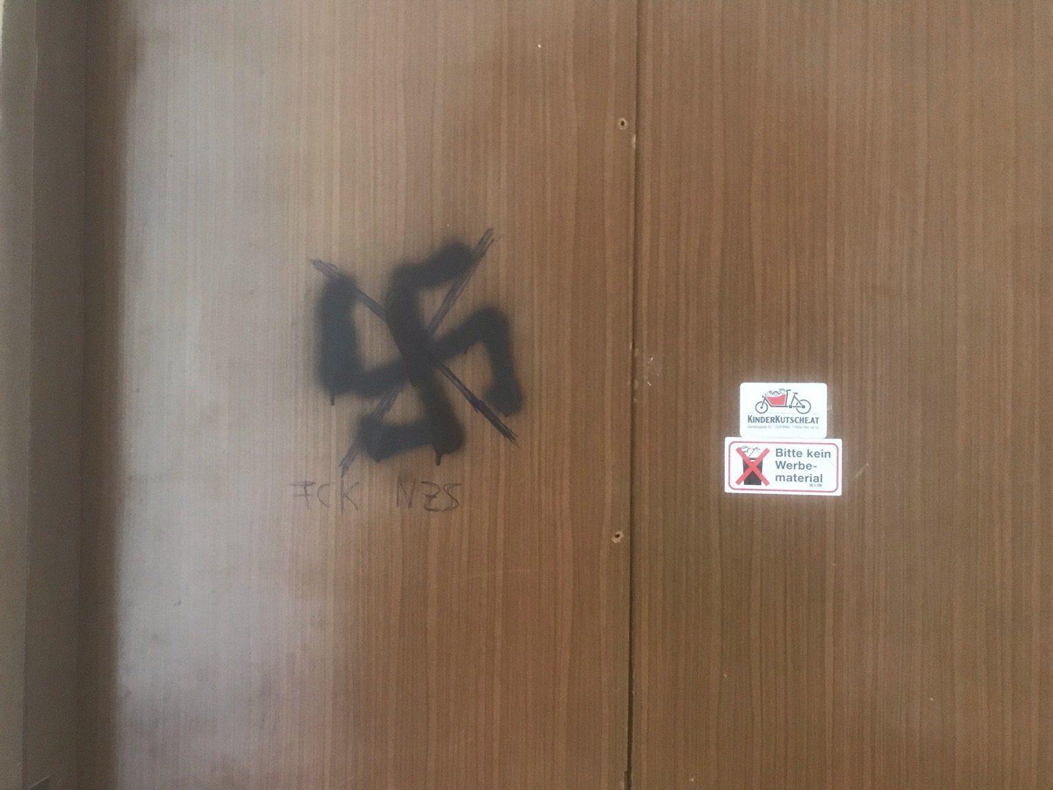 Hakenkreuz am Gang eines Hauses in der Glockengasse/Wien (Foto © privat)