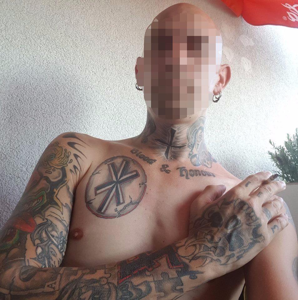John M.: einschlägige Tattoos auch auf dem Oberkörper (Screenshot Facebook)