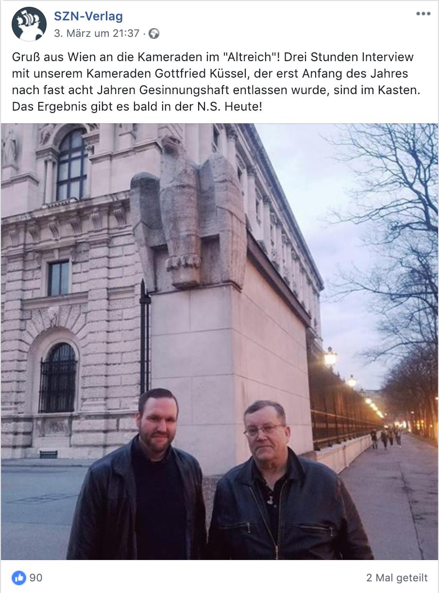 links Sascha Krolzig, rechts Gottfried Küssel beim Äußeren Burgtor am Heldenplatz, Wien – zu sehen ist einer der beiden steinernen Adler des Nazi-Künstlers Wilhelm Frass – NSDAP-Mitglied ab 1933 (Screenshot Facebook)
