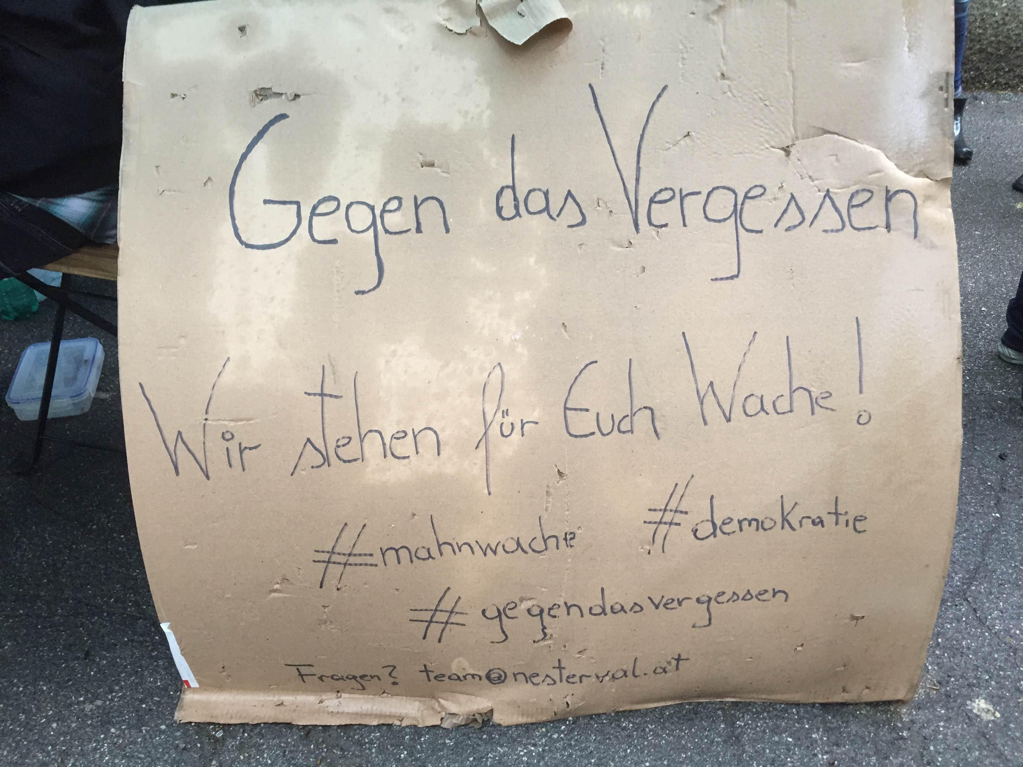 """Mahnwache bei der Ausstellung """"Gegen das Vergessen"""" in Wien (Foto: Dagmar Schindler)"""