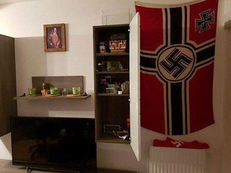 Nach Meldungen von Nachbarn über abgegebene Schüsse stürmte die Polizei eine Wohnung in Wien-Favoriten, wo sie NS-Devotionalien und verbotene Waffen fand. Bildquelle: LPD Wien