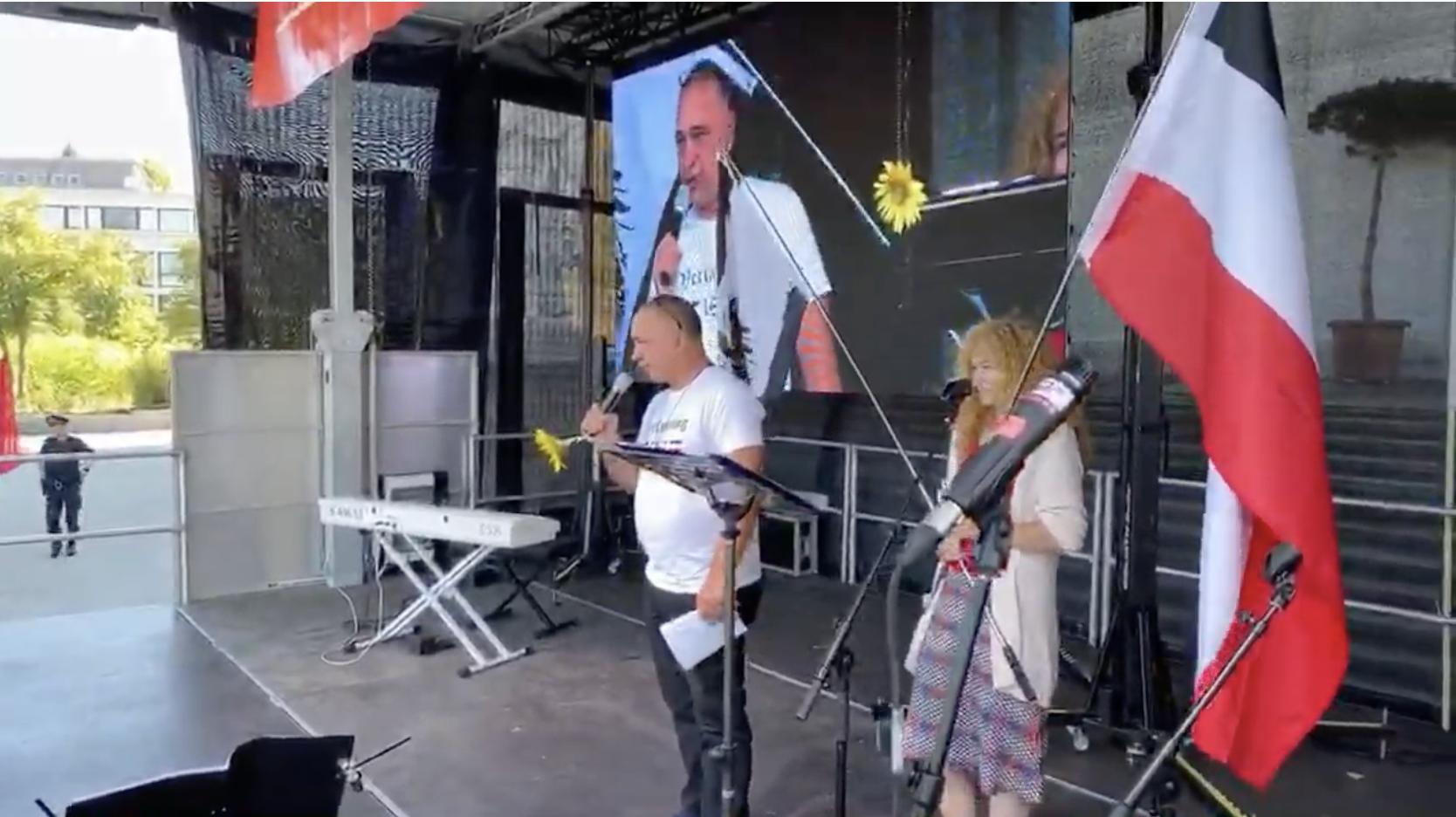 Franz Radon samt Begleiterin und Reichsfahne auf der Bühne in Wien