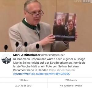 Walter Rosenkranz am 28.3.19 im Nationalrat mit Bild von Martin Sellner (Tweet von Mark J. Mitterhuber)