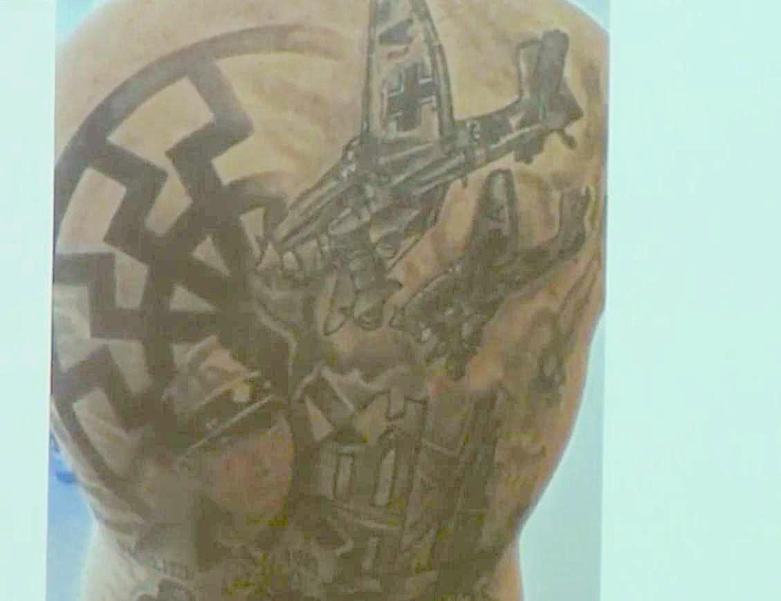 Tattoo am Rücken eines der Beschuldigten aus der Hausdurchsuchung 9.4.19