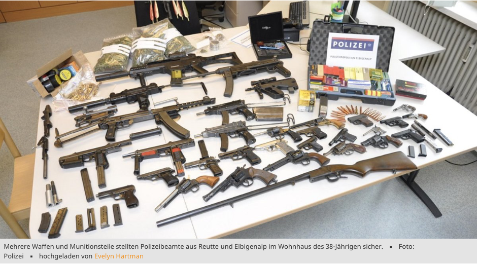 Mehrere Waffen und Munitionsteile stellten Polizeibeamte aus Reutte und Elbigenalp im Wohnhaus des 38-Jährigen sicher.Foto: Polizeihochgeladen von Evelyn Hartman. Quelle: meinbezzirk.at