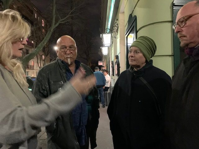 Uschi Lichtenegger und Niki Kunrath (rechts) im Gespräch mit der Wirtin des Gasthauses Reinthaler (links)